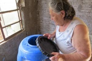 João A. M. Filho Ilda mostrou tonel vazio após dois dias sem água