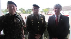 """Formatura """"Dia do Exército"""" (19), no 3º R C Mec, gen. Vendramin, gen. Hertz, vice-prefeito Manuel Machado"""