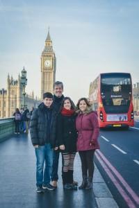 Gérson Luís Barreto Oliveira com Lenise e os filhos, em Londres